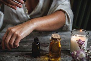 Massage des mains aux huiles essentielles